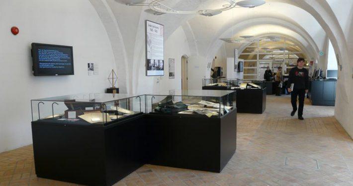 Glass i montere og utstillingsbokser