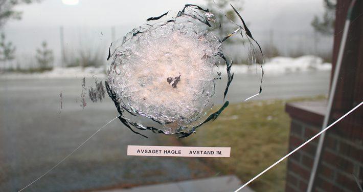 Glass med motstand mot prosjektiler. Avsagd hagle. Foto: Pilkington