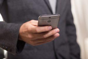 Foto av mann som holder en mobiltelefon