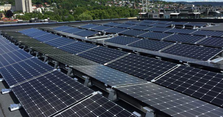 Glass med solceller i taket. Foto.