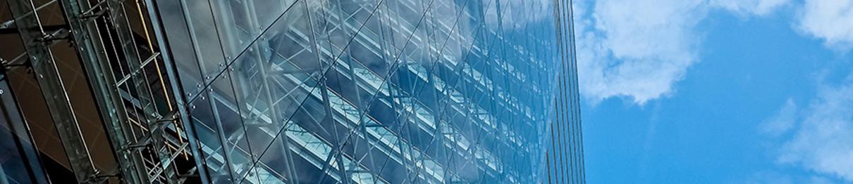 Foto av glassbygning.