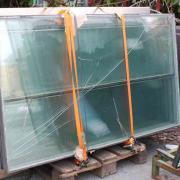 Foto av isolerglass som skal gjenvinnes