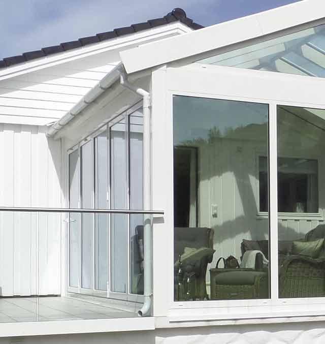 Foto av innglasset terrasse.