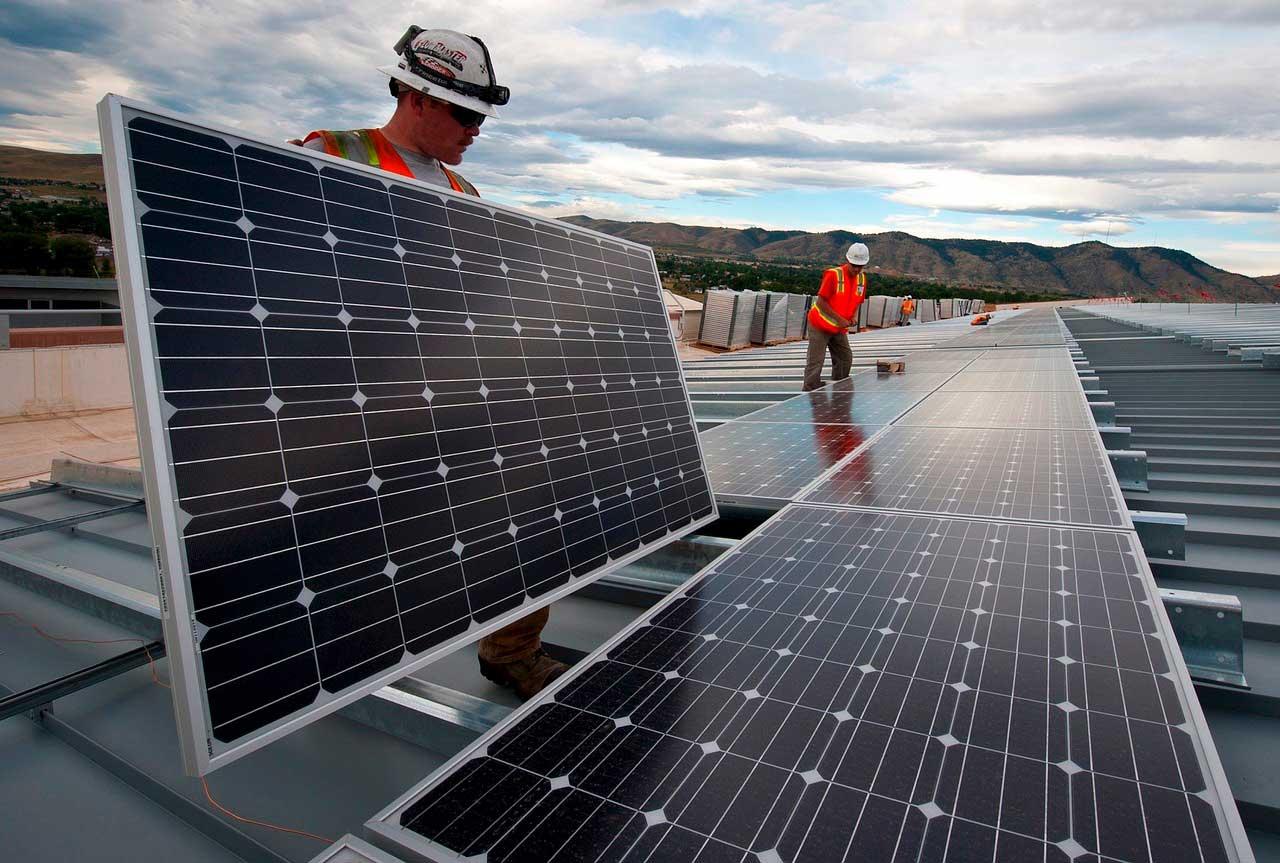 Foto av montering av solceller på tak
