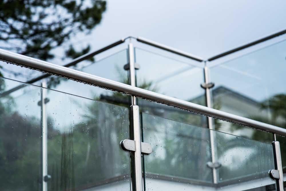 Foto av glassrekkverk