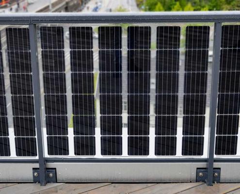 Foto av firesidig profil på glassrekkverk med solceller
