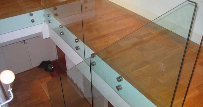 Foto av glassrekkverk i trapp