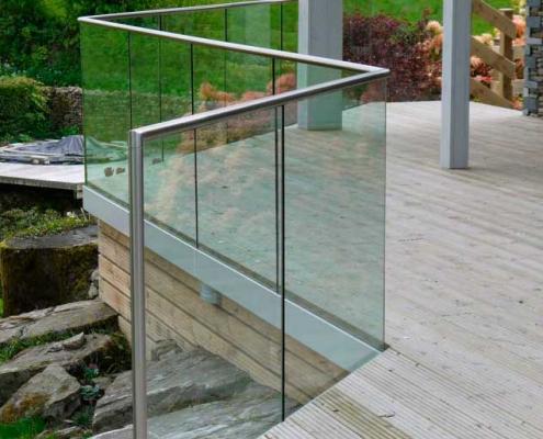 Foto av glassrekkverk med dekkeforkant