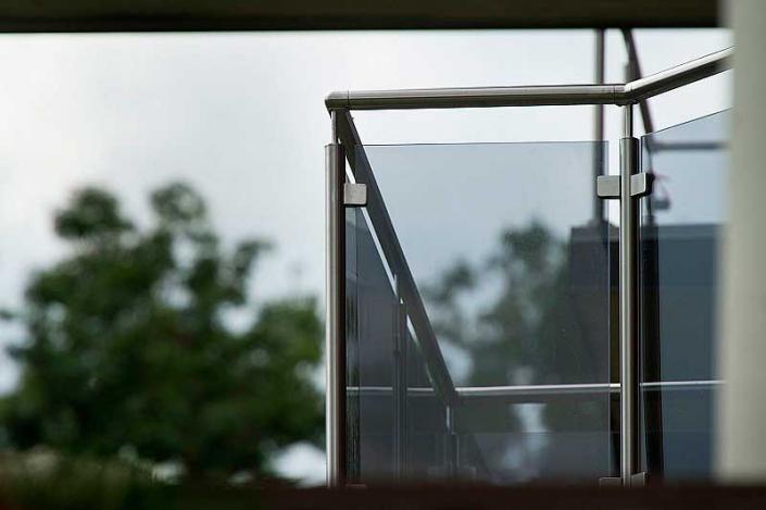 Foto av frostet glassrekkverk