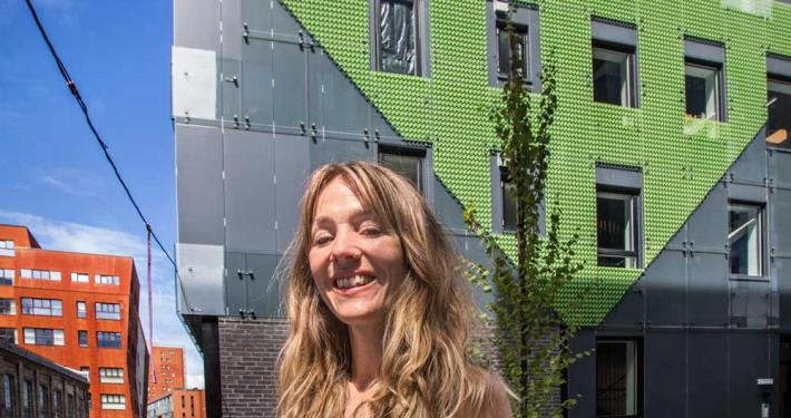 Foto av Hedvig Thorkildsen og bygget Kranen